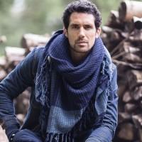 Photo de notre Poncho en laine MALTE indigo par Monsieur Charli